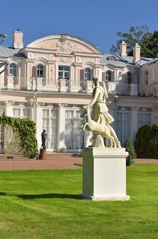 Lomonosov sankt petersburg russland090520 garten des chinesischen palastes statue der artemis