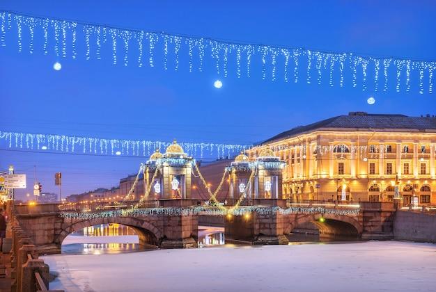 Lomonossow-brücke über den fluss fontanka und neujahrsdekorationen am himmel von st. petersburg