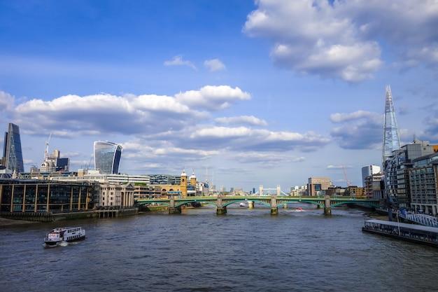 London blick von thames river, uk