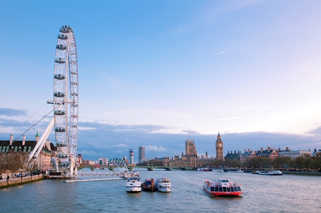 London eye mit big ben in der abenddämmerung