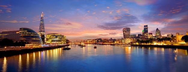 London-skylinesonnenuntergang rathaus und finanz