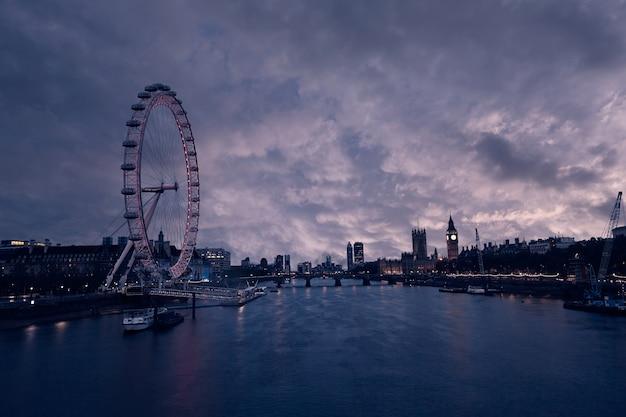 London-sonnenuntergangskyline bigben und themse