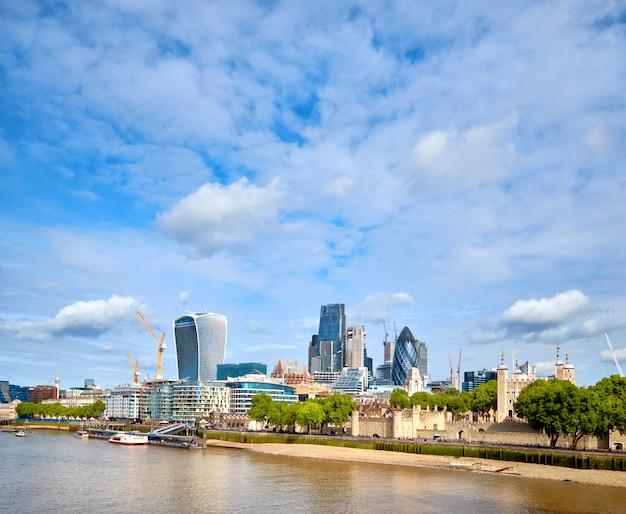 London, südufer der themse an einem hellen tag im frühjahr
