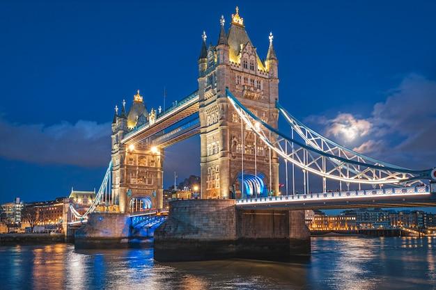 London tower bridge bei dämmerung vollmond