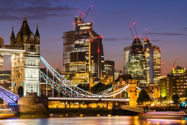 London tower bridge mit downtown-gebäude