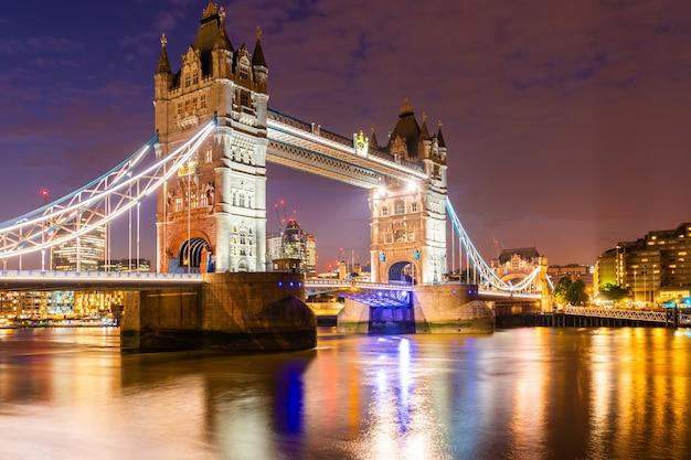 London tower bridge mit im stadtzentrum gelegenem gebäude