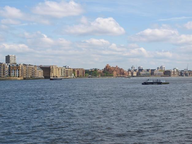 Londoner docks von der themse aus gesehen