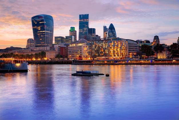 Londoner finanzbezirksskylinesonnenuntergang