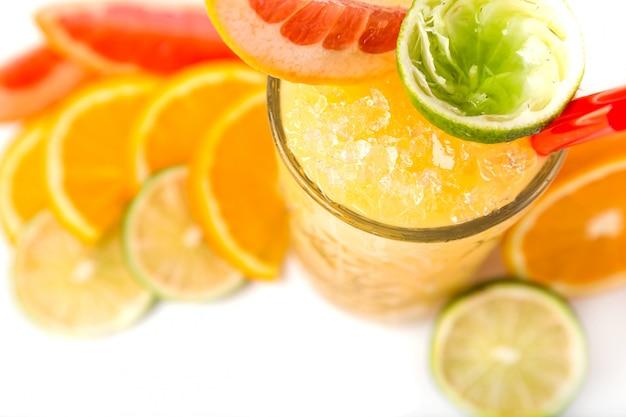 Long drink orange coctail mit zitrusfrüchten