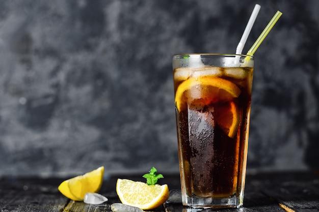 Long island cocktail auf dunkler oberfläche