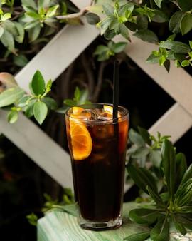 Long island cocktail mit zitronenscheibe