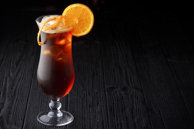 Long island ice tea-cocktail auf schwarzem hintergrund