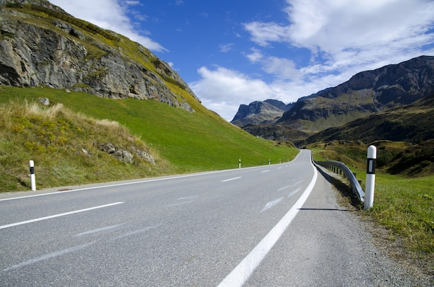 Long shot einer malerischen autobahn, umgeben von bergen