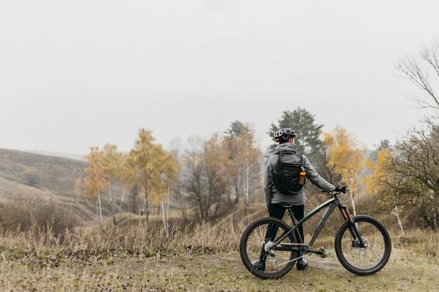 Long shot eines mannes, der fahrrad fährt