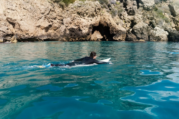 Long shot mann schwimmt