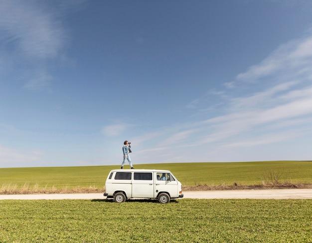 Long shot mann steht auf van