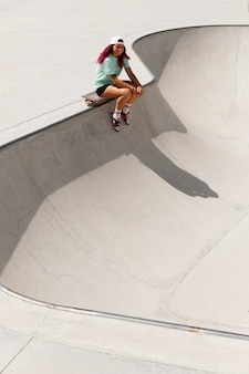 Long shot skater mit board draußen