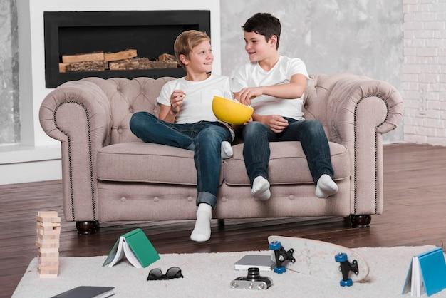 Long shot von jungen auf der couch sitzen