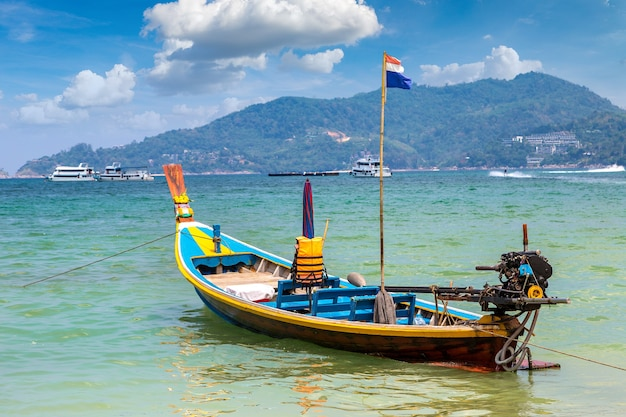 Long tail boot am patong strand auf phuket in thailand