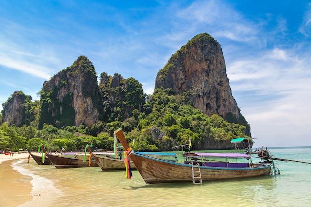 Longtail-boote am railay beach in krabi, thailand