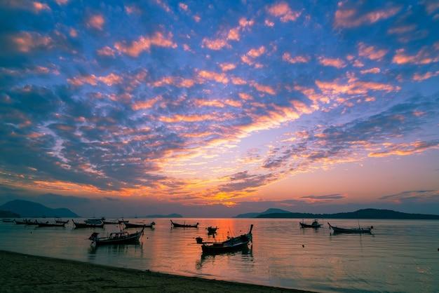 Longtail-boote mit reisebooten im tropischen meer schöne landschaft morgen sonnenaufgang oder sonnenuntergang himmel über meer und berge in phuket thailand erstaunliches licht der naturlandschaft seascape.