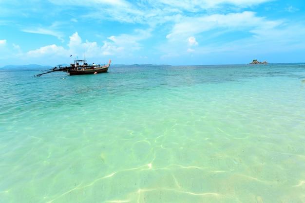 Longtail-boote schwimmen auf dem meer in phuket