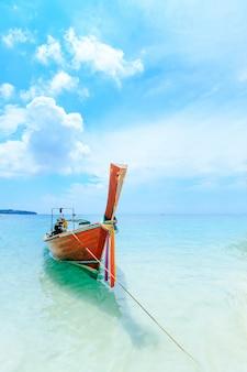 Longtale-boot auf dem weißen strand in phuket, thailand.