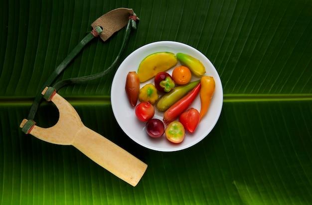 Look choop, auch dinkel look choop, ist ein thailändisches dessert, das aus einem portugiesischen marzipanrezept namens massapao stammt. in thai werden grüne bohnen als hauptzutat für diese art des kochens verwendet