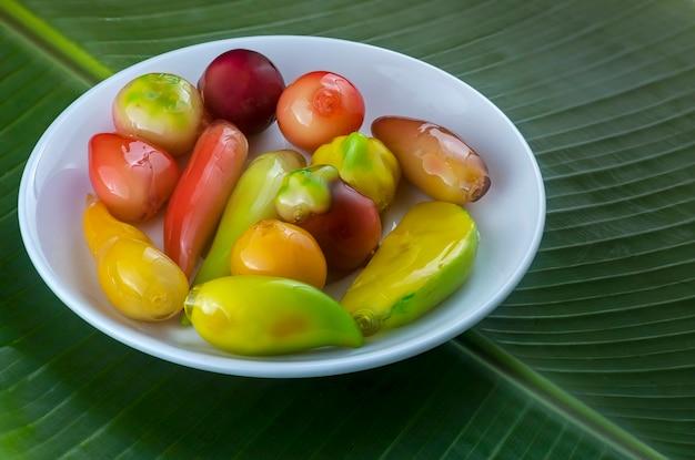 Look choop, auch dinkel look choop, ist ein thailändisches dessert, das aus einem portugiesischen marzipanrezept namens massapao stammt.