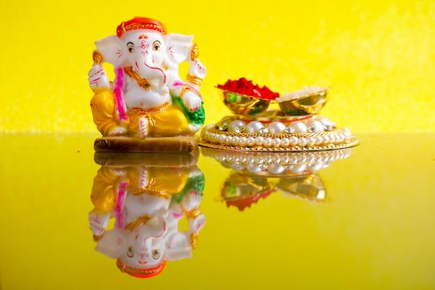 Lord ganesha, ganesh-festival lord ganesha statue mit reiskörnern und kumkum