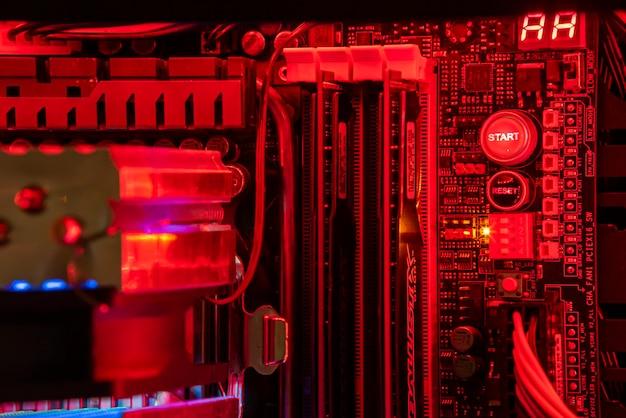 Los angeles 24. april 2021: details zu komponenten und hardware in einem gaming-pc