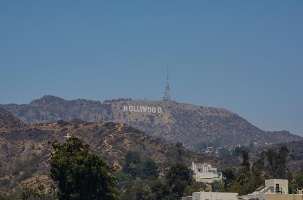 Los angeles, kalifornien das hollywood-schild mit blick auf los angeles. das ikonische schild wurde ursprünglich 1923 geschaffen.