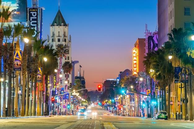Los angeles, usa - 19. oktober 2019: blick auf den weltberühmten hollywood boulevard in los angeles, kalifornien, usa in der dämmerung.