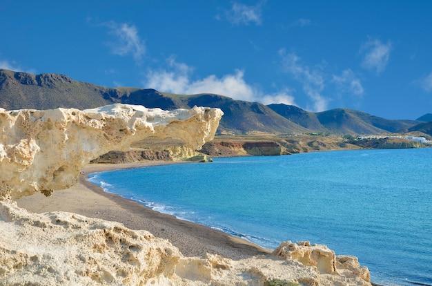 Los escullos strand, eine der vulkanischen schönheiten von cabo de gata, andalusien, spanien