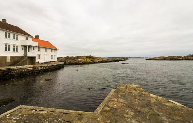 Loshavn, idyllisches norwegisches piratendorf mit weißen holzhäusern