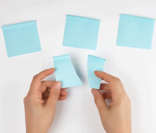 Lot blaue aufkleber und zwei weibliche hände