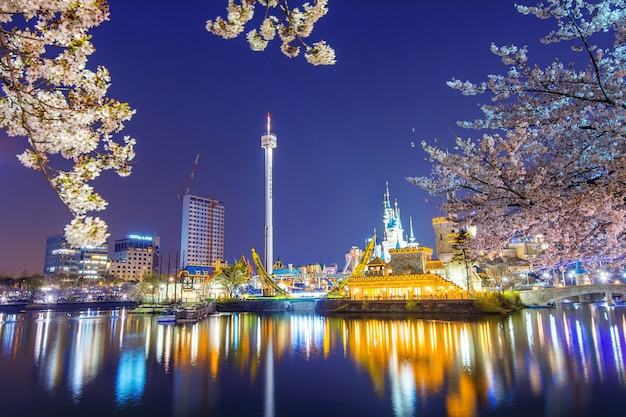 Lotte world vergnügungspark in der nacht und kirschblüte
