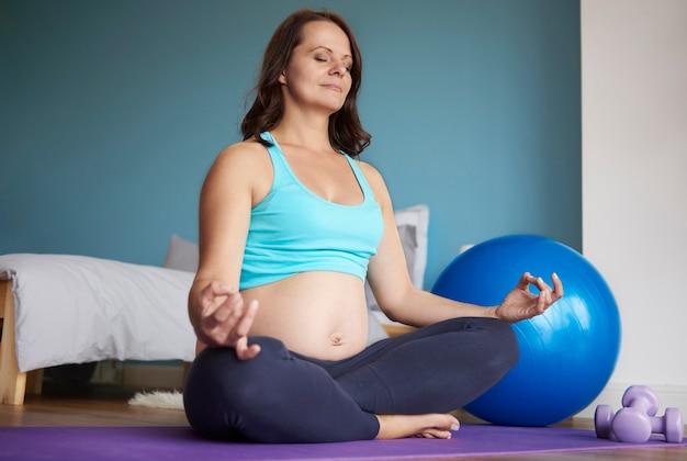 Lotus position von schwangeren frau gemacht