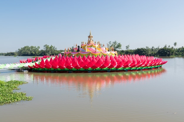 Lotusblüten aus stoff im fluss.