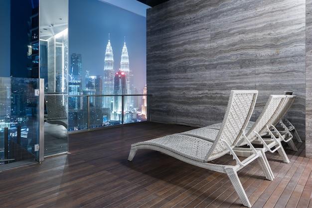 Lounge bar auf hochhaus mit herrlichem blick auf die kuala lumpur und petronas twin towers