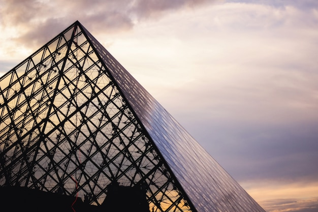Louvre-museum bei sonnenuntergang