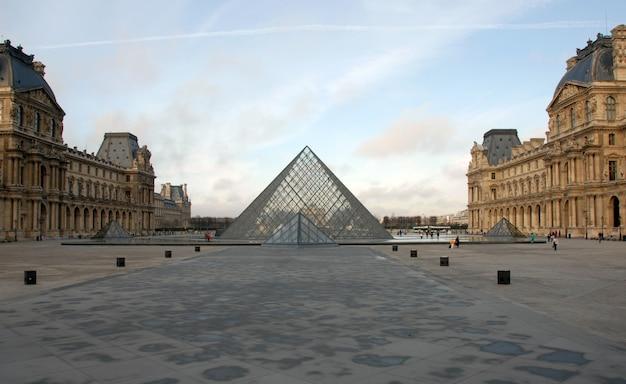 Louvre museum in paris an einem sonnigen tag