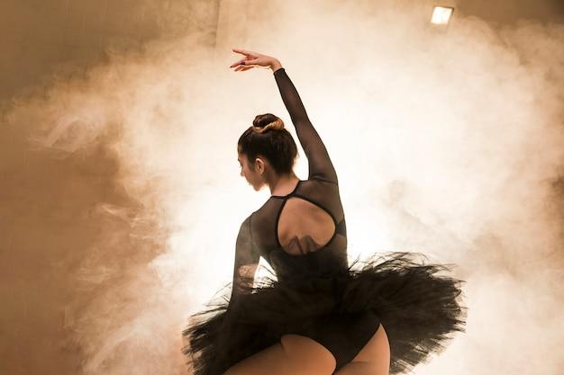 Low angle ballerina im rauch