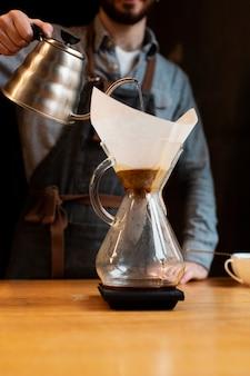 Low angle coffee prozess bei der arbeit
