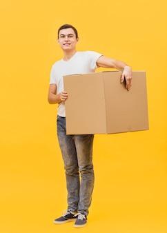 Low angle delivery man hält paket