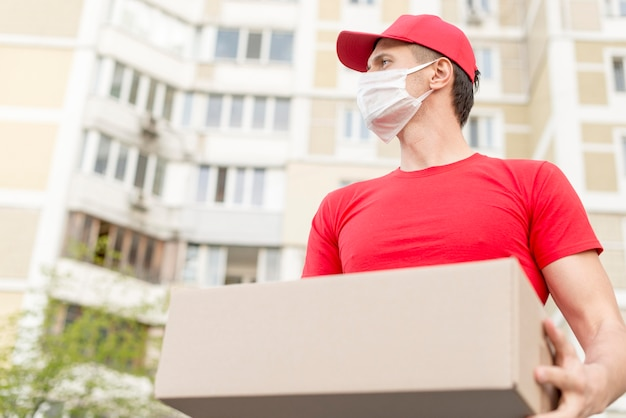 Low angle delivery man mit chirurgischer maske