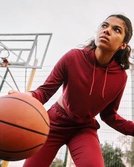 Low angle frau spielt basketball