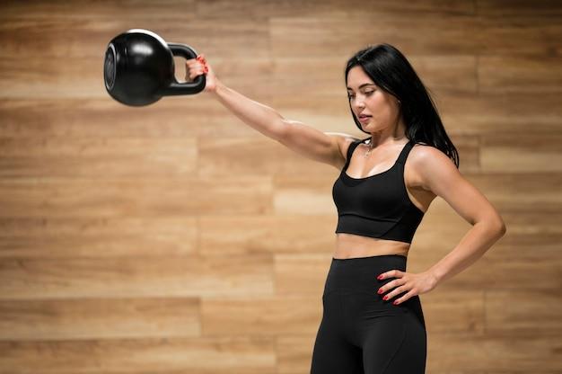 Low angle frauentraining mit gewichtheben