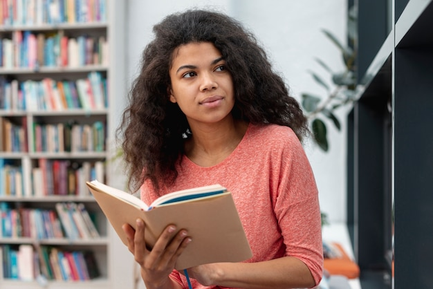 Low angle girl in der bibliothek