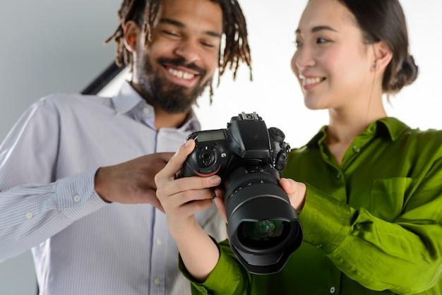 Low angle glückliche menschen mit kamera